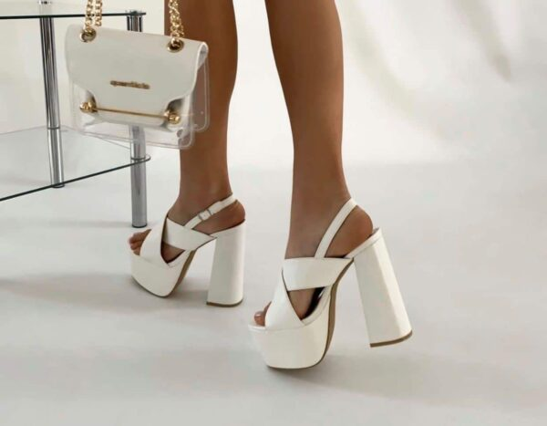 Sandaloinpellebianco.jpg